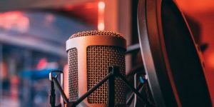 Podcastene du bør høre på i sommer